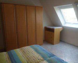 Schlafzimmer 1 mit Wickelkommode und Kinderbett